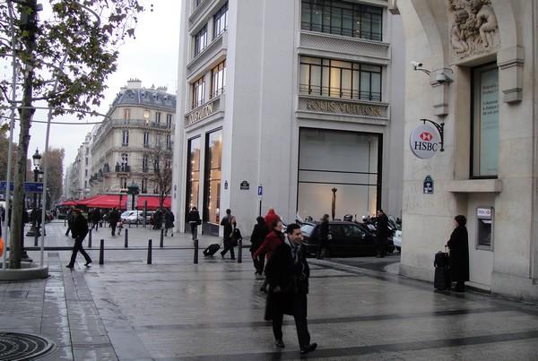 Entre HSBC et le Fouquet's Paris, la boutique Louis Vuitton sur les Champs Elysées
