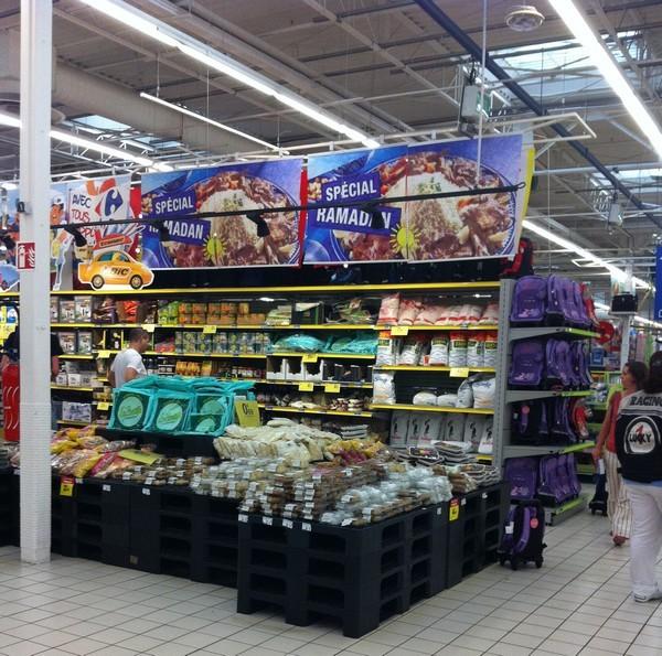 Implantation des produits liés à la fête du Ramadan dans l'hypermarché de Chartres