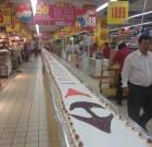 50 ans Carrefour : 50 mètres de gâteau dans le magasin Carrefour Beizhan
